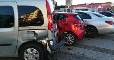 Fugge dopo aver danneggiato tre auto in sosta in Via Pistoiese: rintracciato dalla Municipale